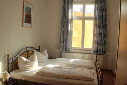 Schlafzimmer mit Doppelbett und Doppelliege